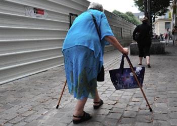 Anciana caminando con dificultad