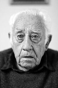 Anciano en blanco y negro