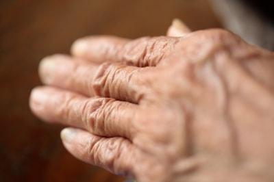 La mano surcada de arrugas de un anciano