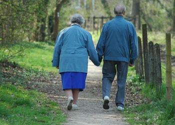 Una pareja mayor paseando al aire libre
