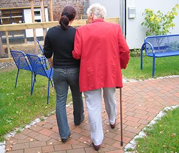 Hija lleva a su madre a residencia