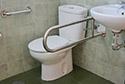 Baño para personas con movilidad reducida en una residencia de ancianos en Girona