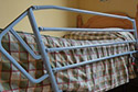 Dormitorio con cama adaptada para evitar caidas en una residencia de ancianos en Girona