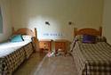 Dormitorio con dos camas individuales en una residencia de ancianos en A Coruña