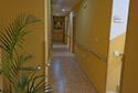 Pasillo largo adaptado con barandillas residencia de ancianos en Girona
